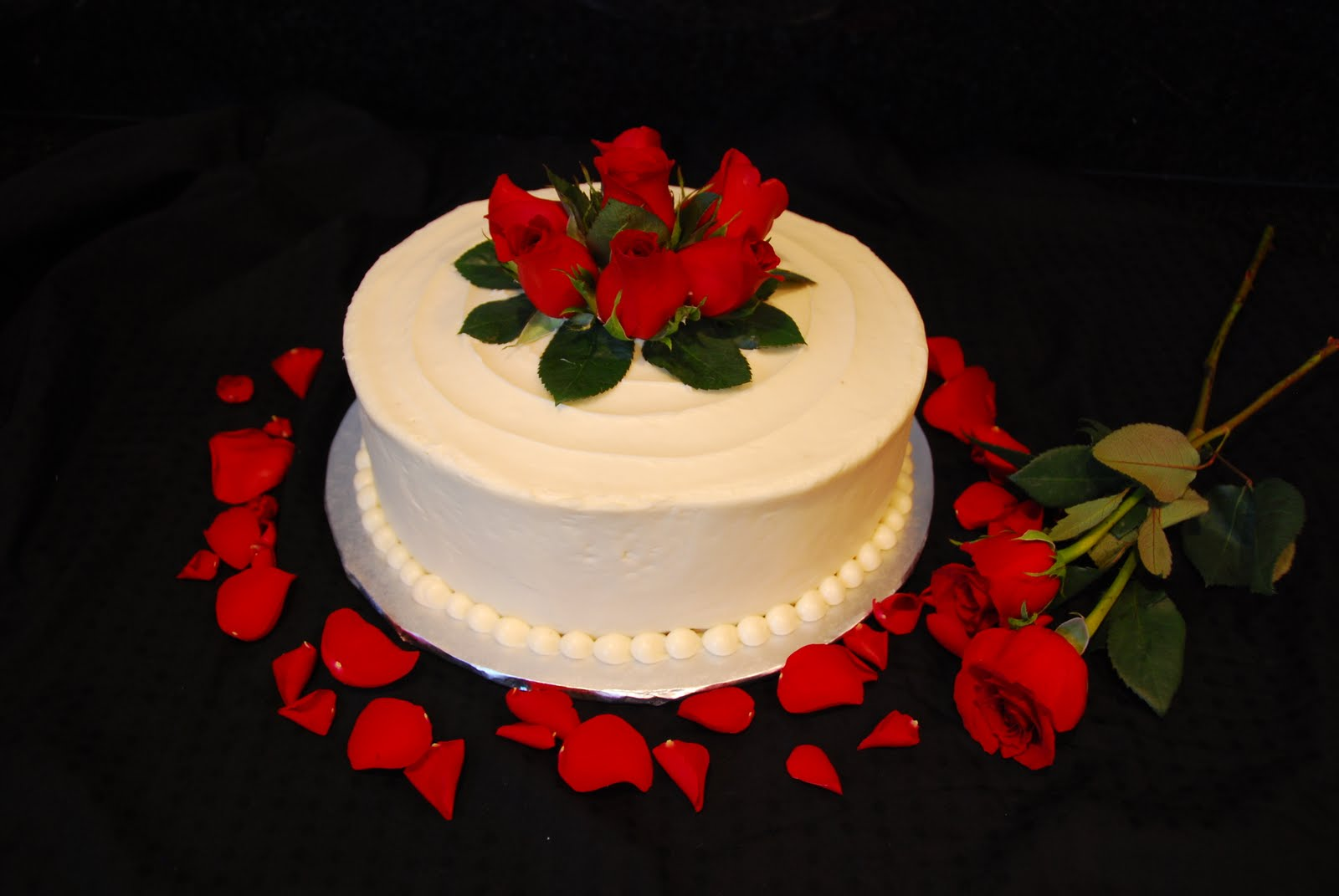 Red flowers cake decoration high resolution wallpaper